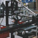 На фото:печать на длинных изделиях: лыжные палки, клюшки для гольфа и т.д.
