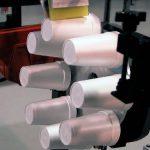 На фото: более производительный вариант печати на пенопластовых стаканах. Станок PT-8.