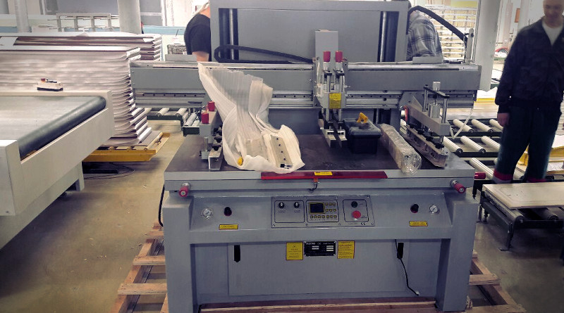 Станок для трафаретной печати с размером 60х130 см на фабрике по изготовлению мебели ООО «Алмаз»