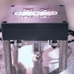На фото: оправка под два предметных стекла для п/а станков. Центральная часть автоматически опускается для удобства ручной укладки/снятия стекол. Аналогичным способом работают другие оправки для мелких изделий.