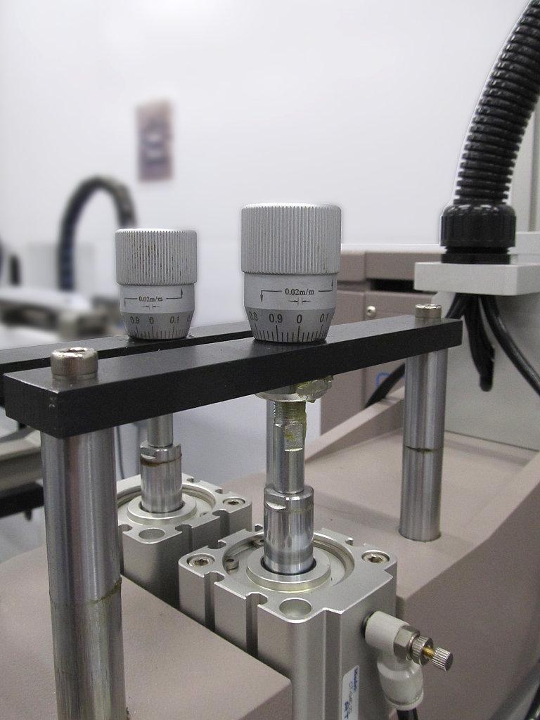 микрометрические ручки ограничителя вертикального перемещения ракеля и контрракеля в станке ATMA